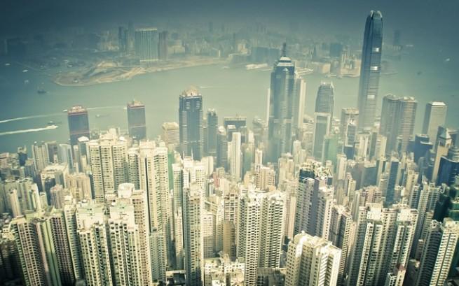 高層ビルが立ち並ぶ街の風景