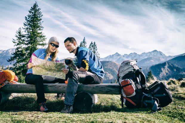 山登りをする男女