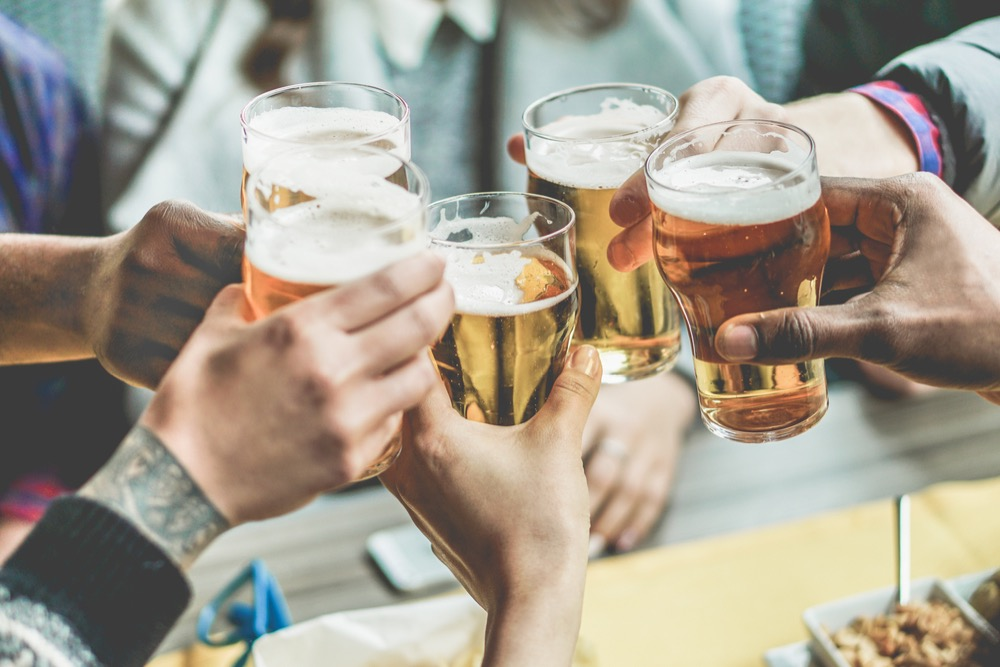 ビールで乾杯する人々