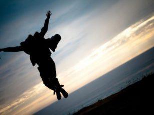 跳躍する男性のシルエット