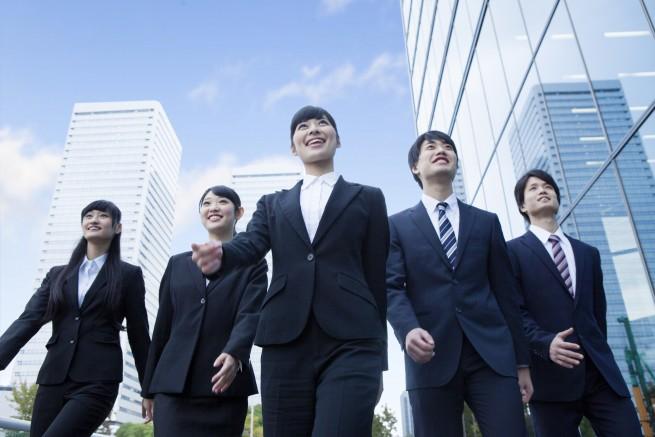 オフィス街を笑顔で歩く就活生達