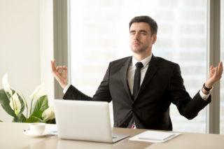 集中力を高めるビジネスマン