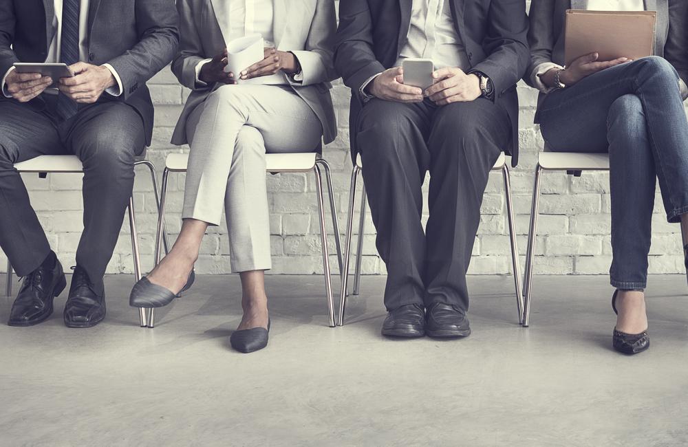 椅子に座って並んで面接を待つ人達の足元