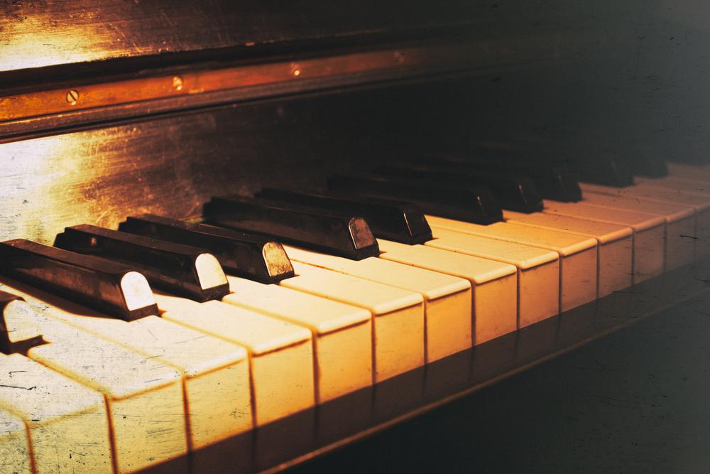 古びたピアノの写真