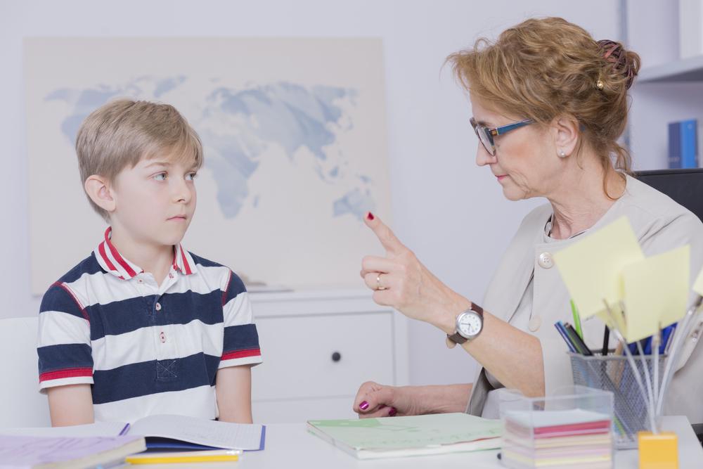 勉強を教える先生とじっと聞く生徒