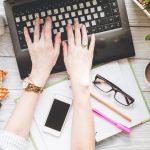 ノートパソコンを操作する女性の手元
