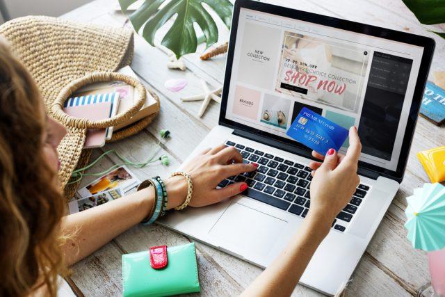 クレジットカードを使ってネット通販する女性