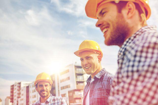 安全帽をかぶった笑顔の男性三人