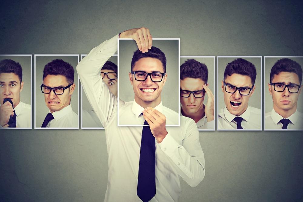 笑顔の写真を持つ、ネクタイを締めた男性