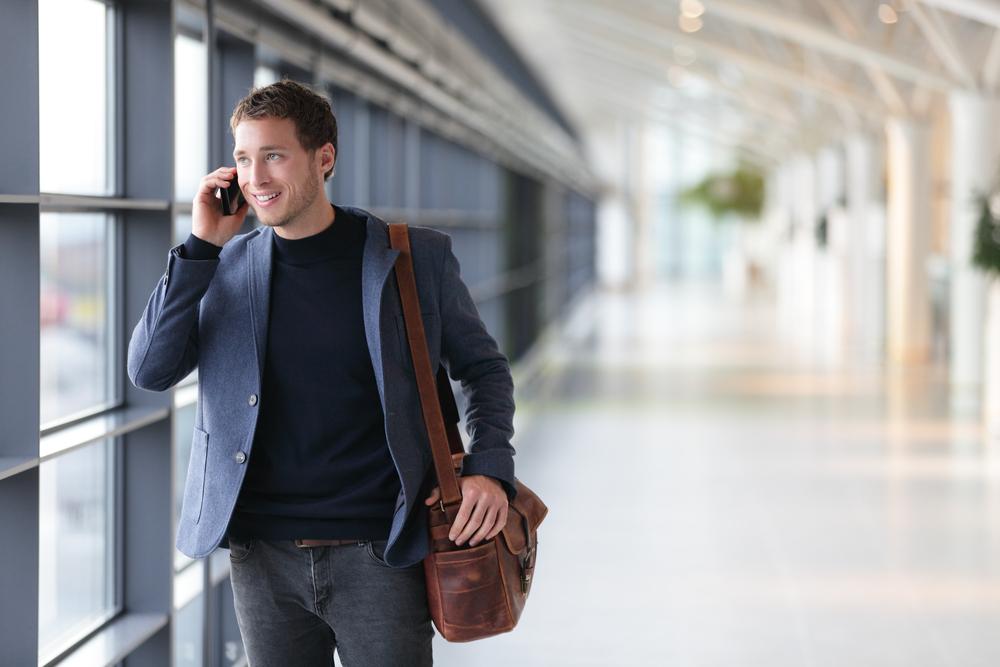 ハローと営業の電話をかける男性