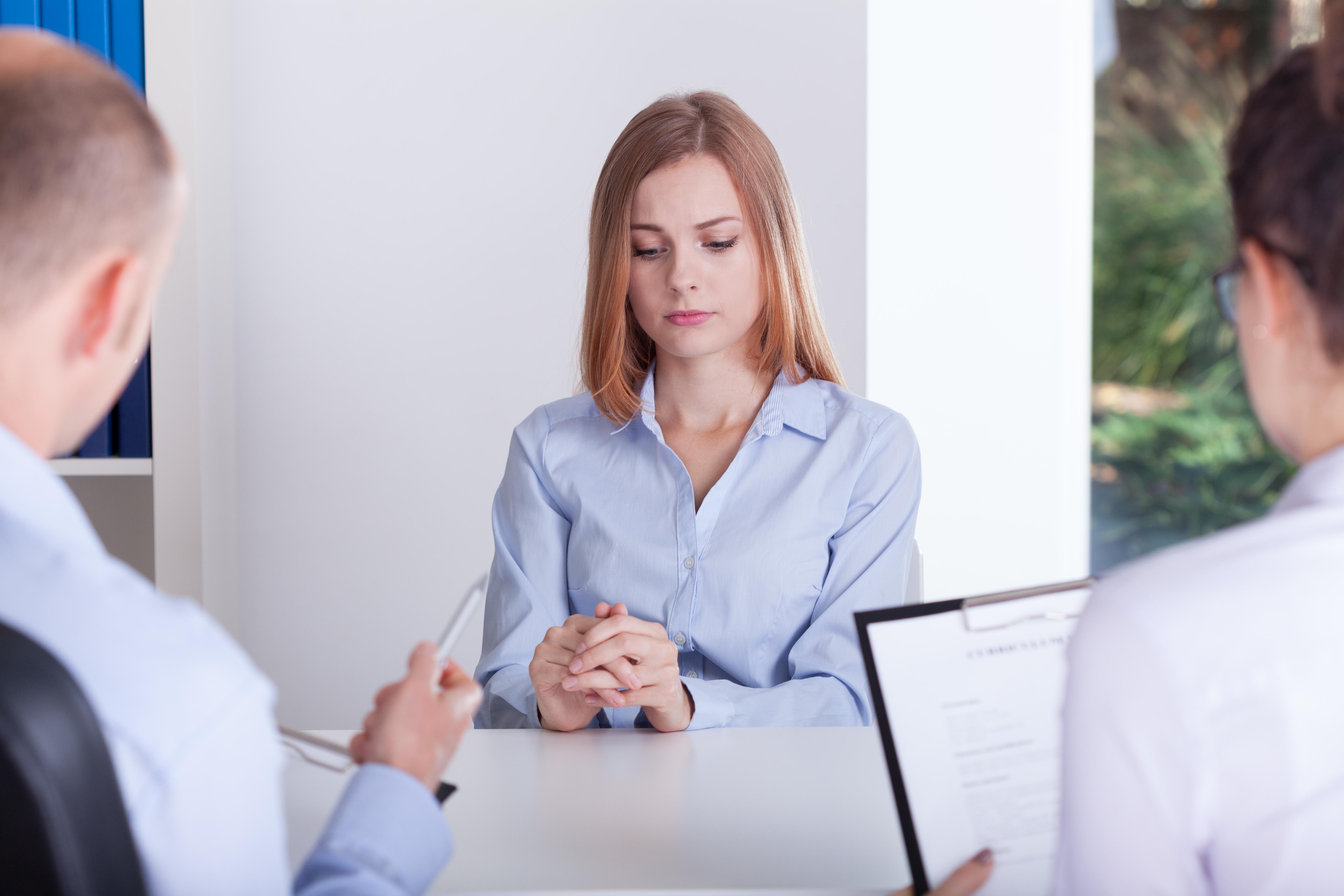 面接に緊張する女性