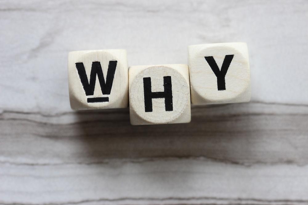「WHY」と書かれた白いサイコロ
