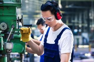 部品工場で働く男性
