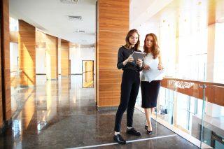 オフィスで働く女性たち