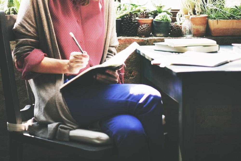 ラフな服装で勉強する人