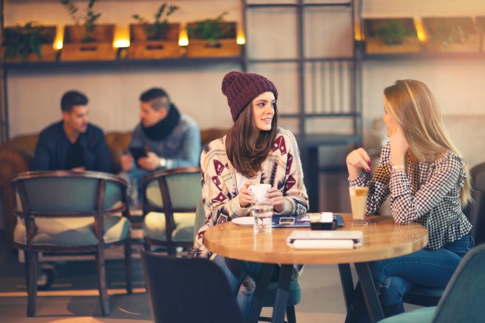 カフェで会話する女性2人