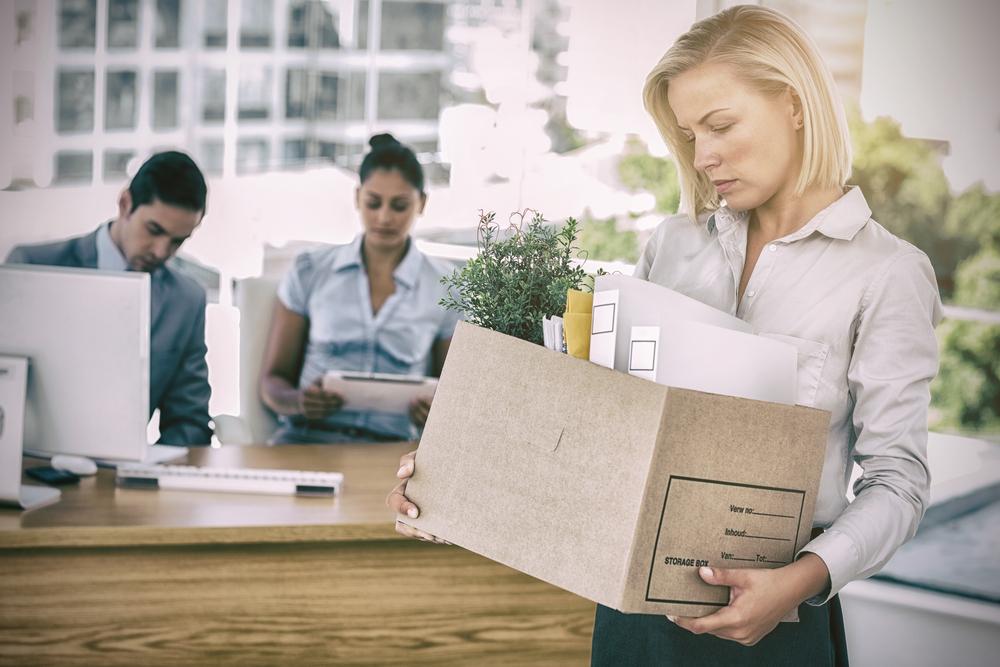 うんざりした顔で、大きな箱に入った書類を見つめる女性