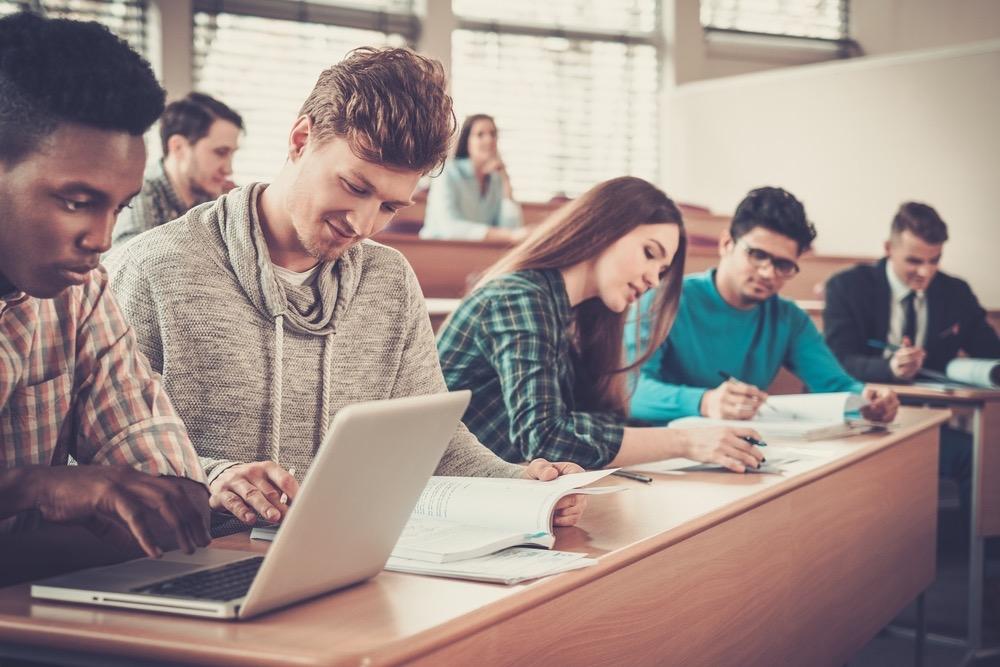 教室で勉強する若者たち