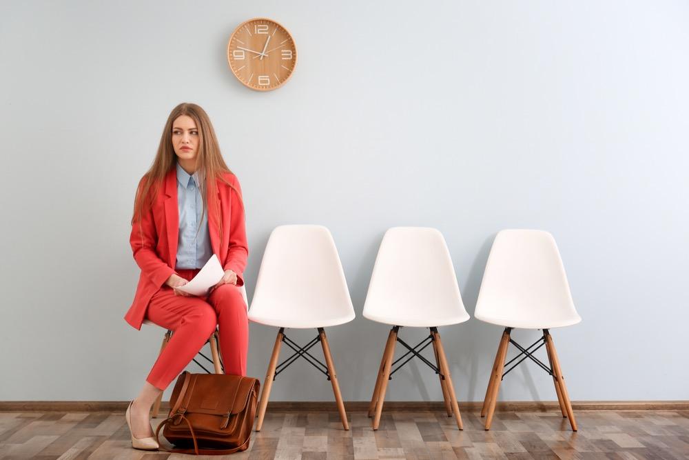 椅子に座って自分の面接の順番を待つ、緊張した表情の女性