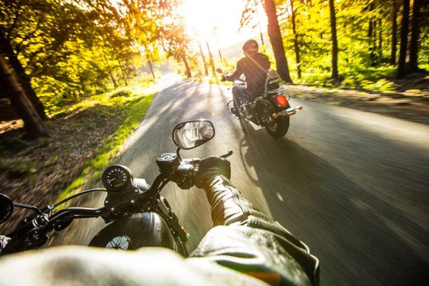 森の中を走るバイク