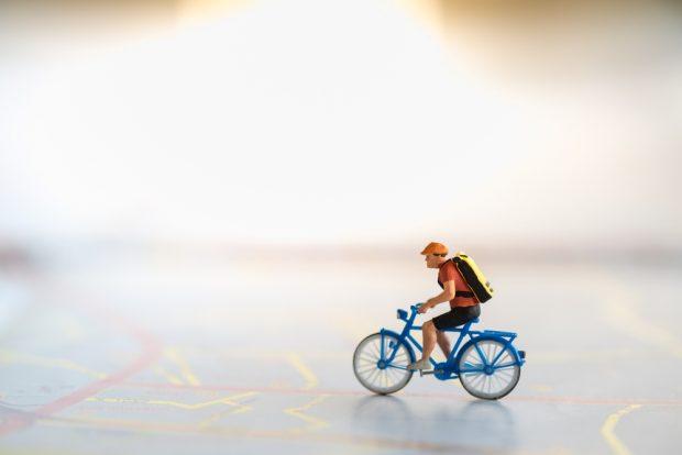 自電車をこぐ人のミニチュア