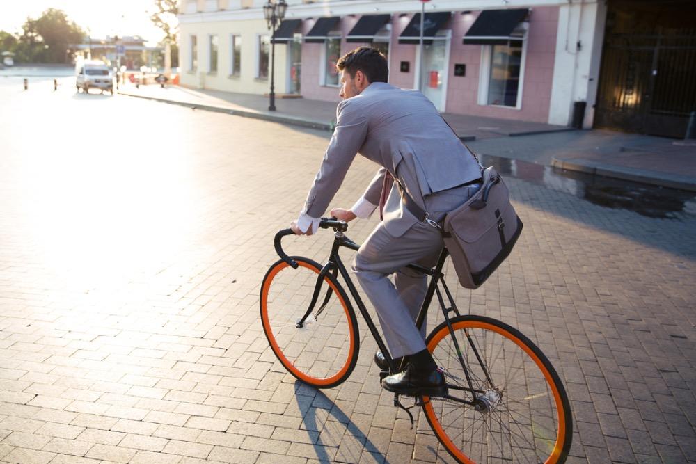 ロードバイクに乗るスーツ姿の男性