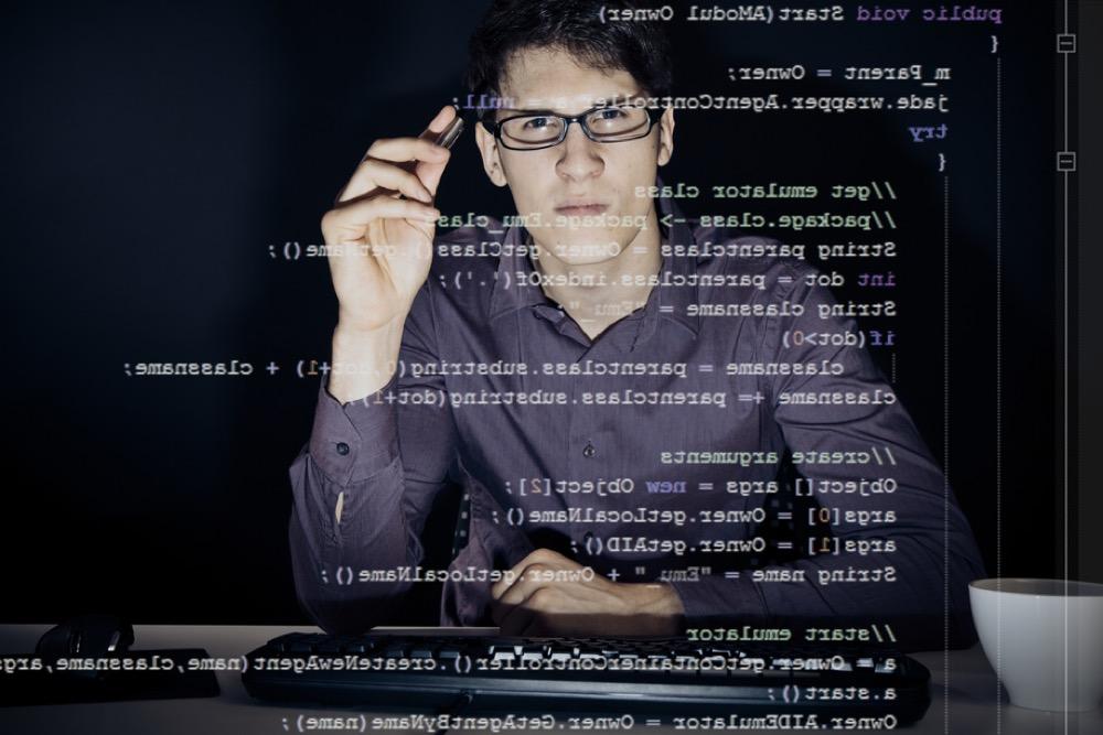 プログラミング言語とメガネをかけた男性
