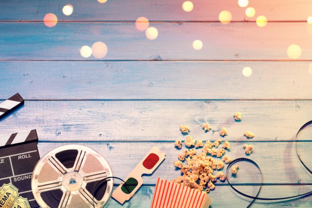 映画のフィルムと3Dグラスとポップコーン