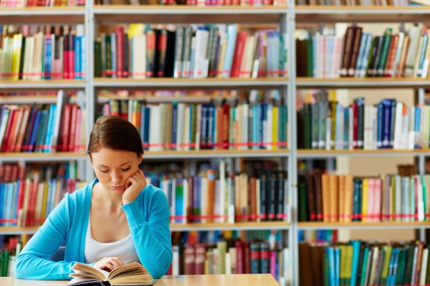 図書館で勉強をする理系学生