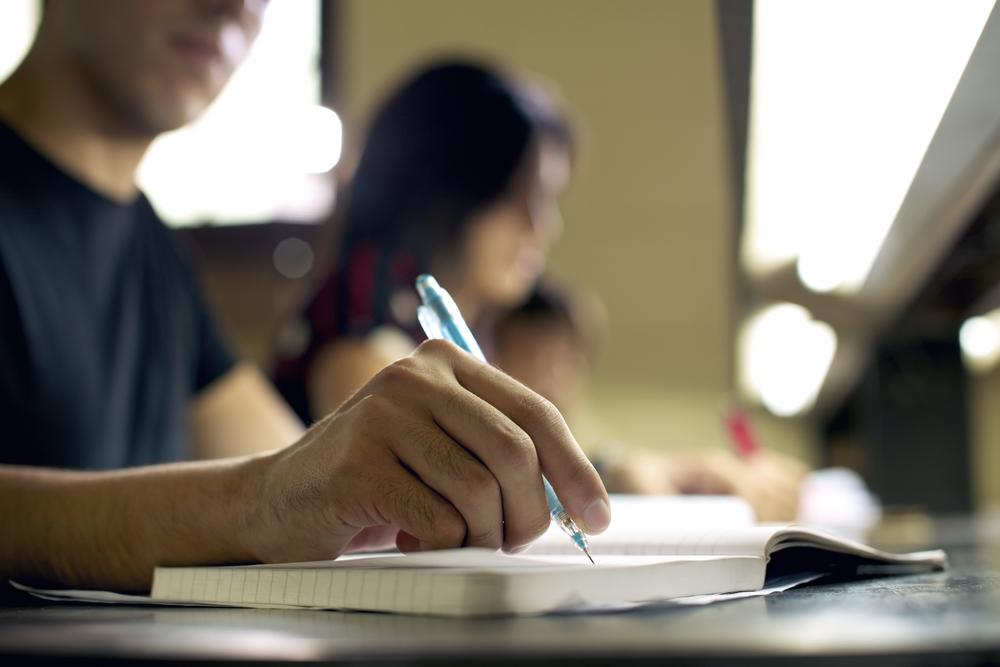 キャリアアップのために資格の勉強をする人