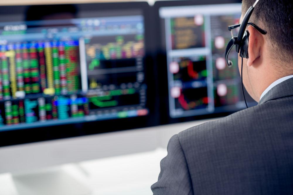 モニターを操作する証券アナリスト
