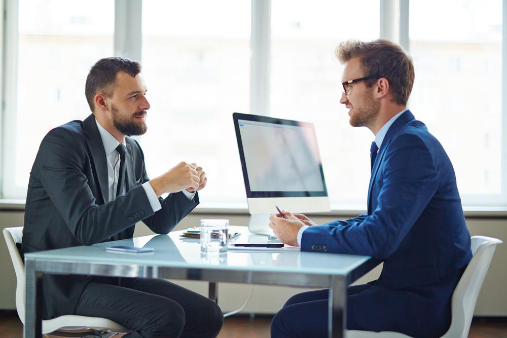 就職アドバイザーに相談する男性
