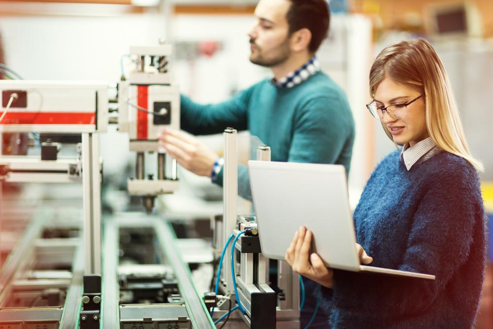 産業用ロボットを操作する理系学生