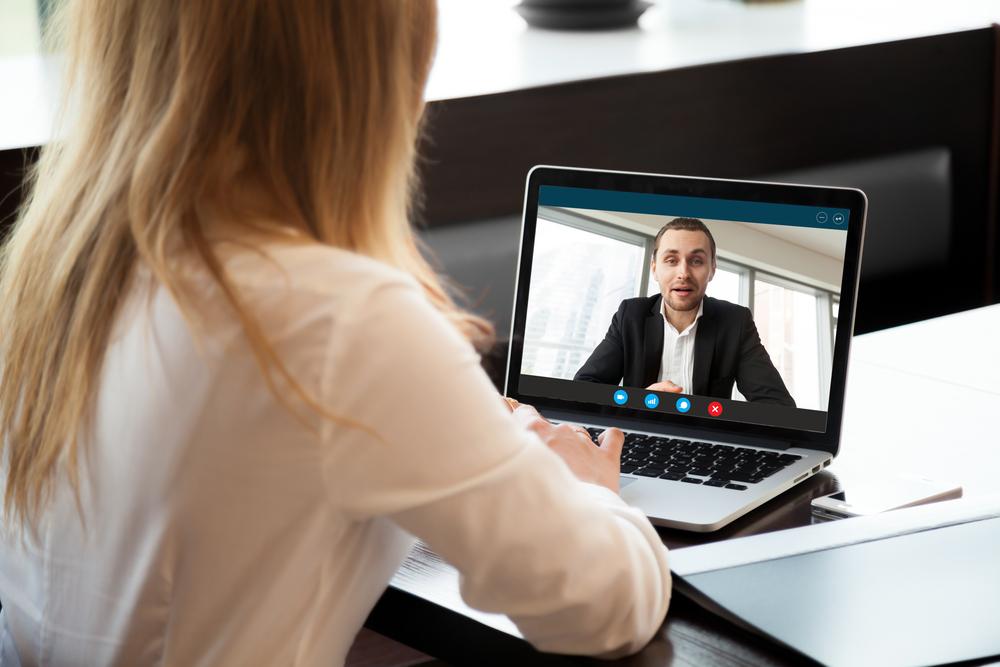 ビデオ通話で会話する男女