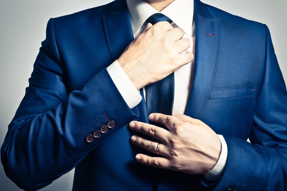 ネクタイをきちんとしめる男性