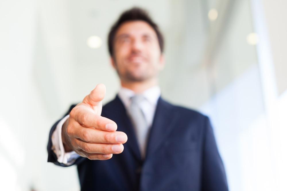 握手を求めるキャリアアドバイザー