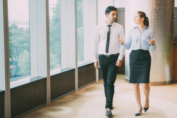 会話しながら歩くスーツ姿の男女
