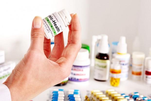 医薬品を持つ手