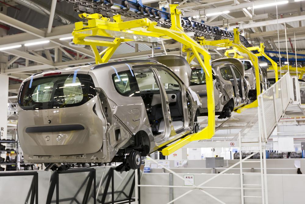 自動車工場で組み立てられる車