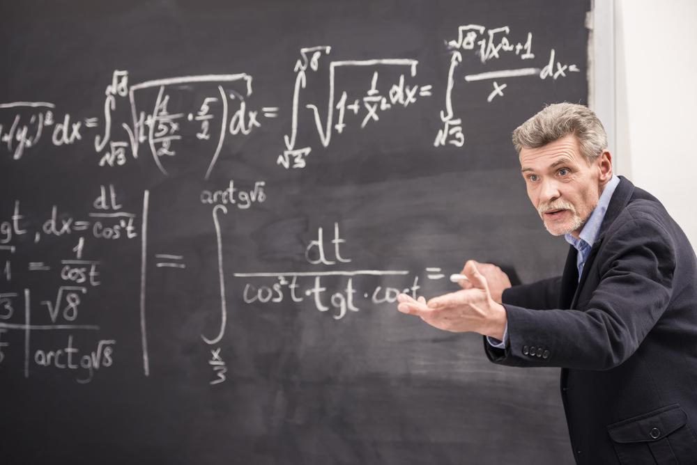 数学を熱心に教える教授