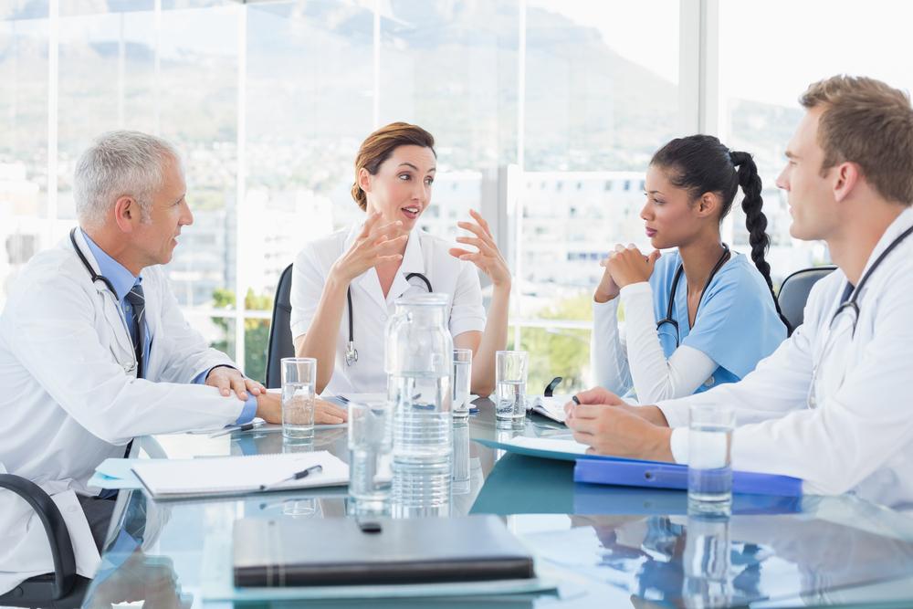 コミュニケーションをとる医療従事者