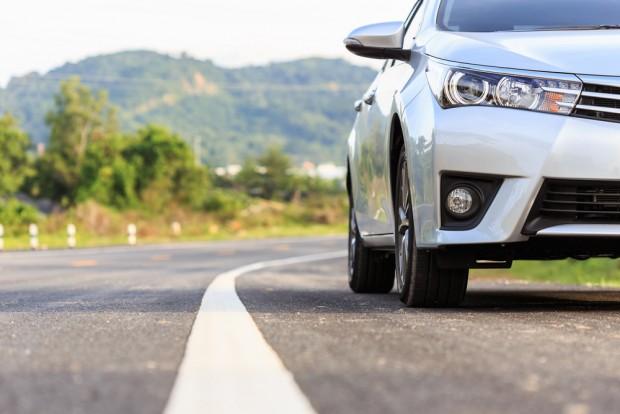 道路を走る自動車