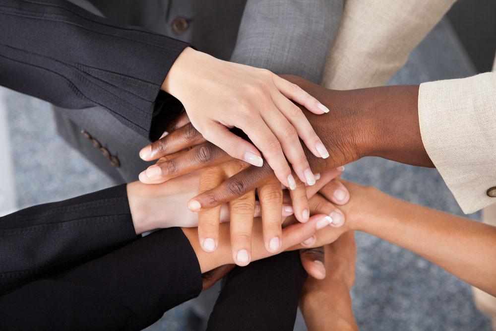 多国籍の人々が協力する様子