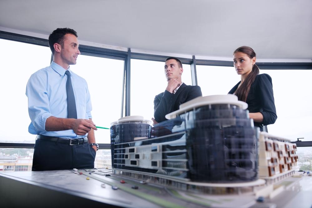 建築デザインについて話し合うビジネスマンたち