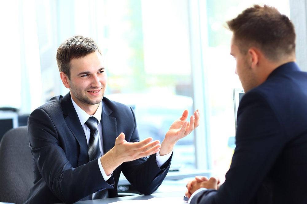 学生を面接する企業の人事担当者
