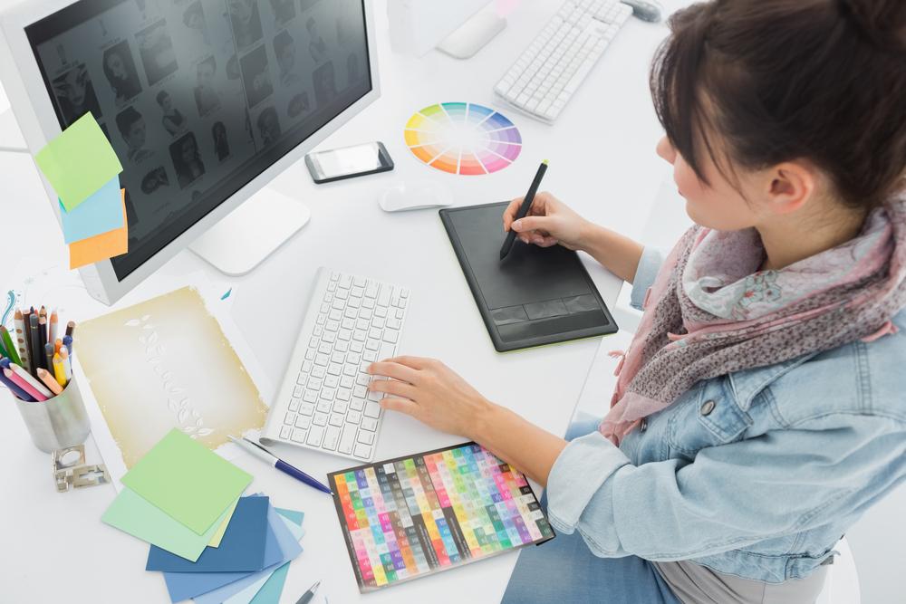 パソコンでイラストを描くイラストレーター