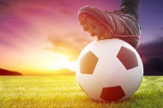 サッカーボールを抑える足