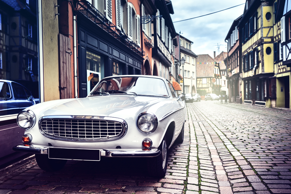街の一角に停まる自動車