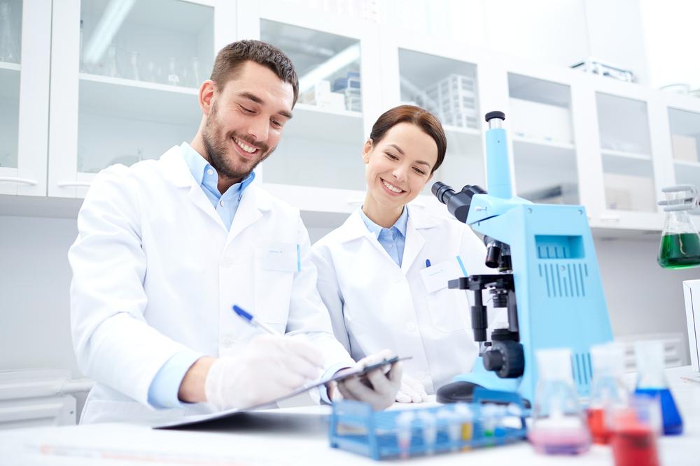 顕微鏡観察の記録をとる研究員