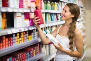 ヘアケア商品を選ぶ女性